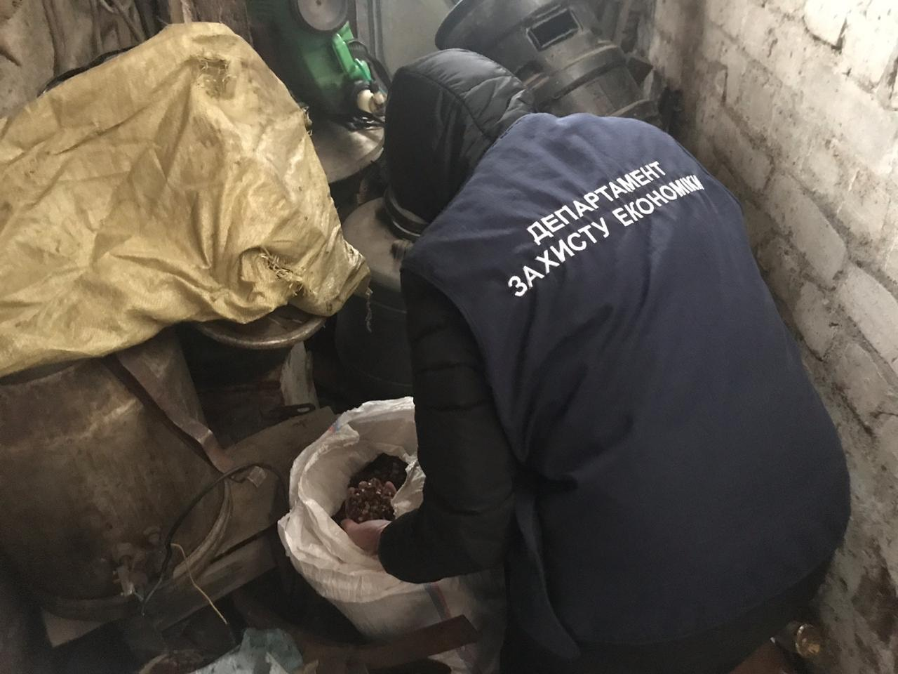Прокуратура спільно з правоохоронцями викрила скупників незаконно видобутого бурштину